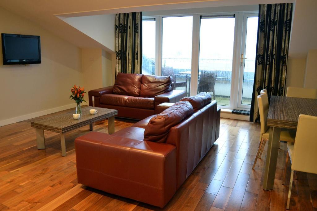 Carrick Plaza Suites