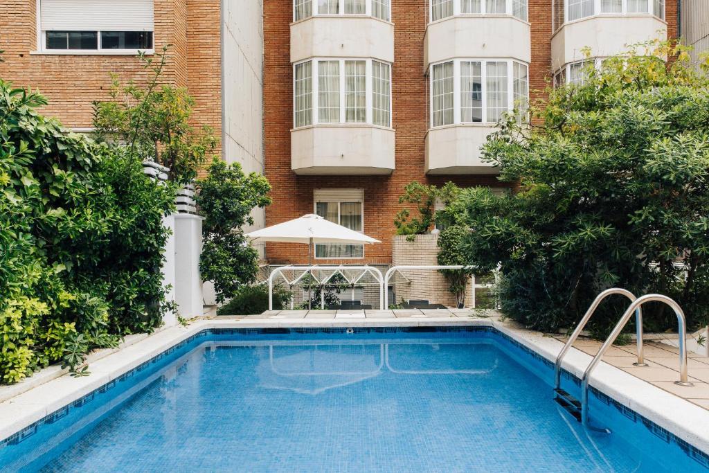 สระว่ายน้ำที่อยู่ใกล้ ๆ หรือใน Hotel Gran Derby Suites