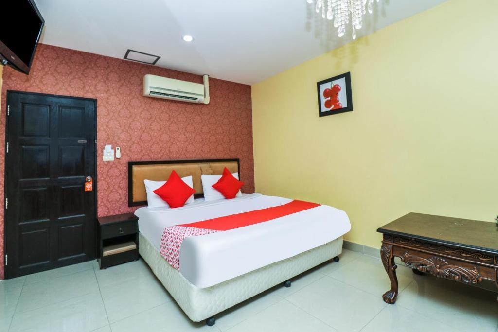 เตียงในห้องที่ OYO 131 Griebs Inn Hotel