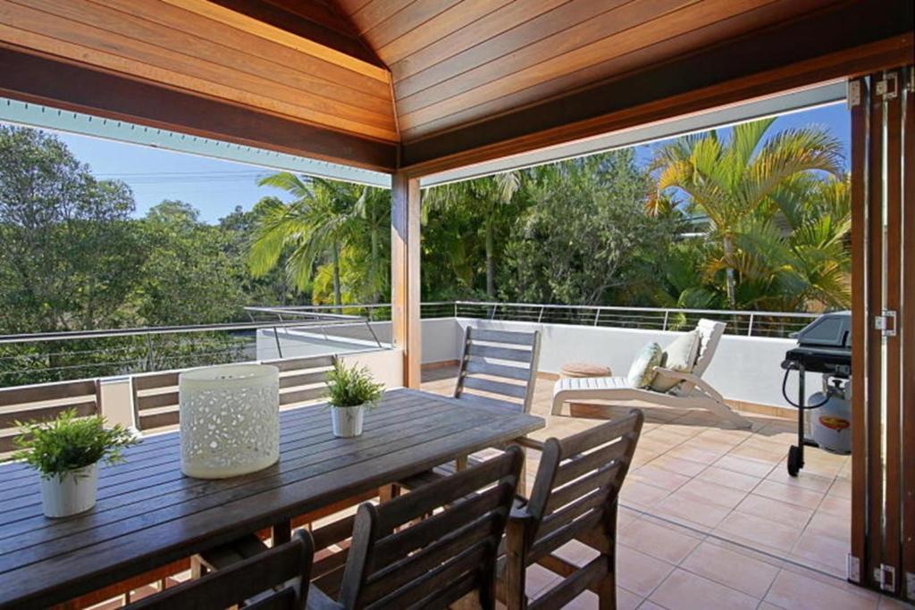 Clarkes beach villa byron bay for Balcony restaurant byron bay
