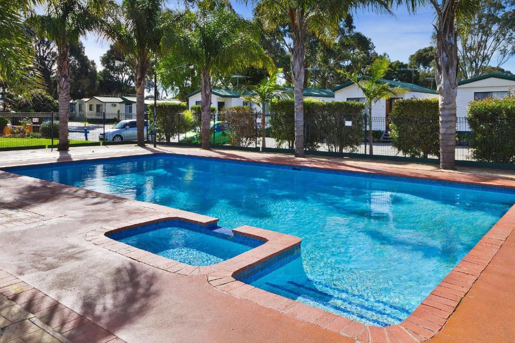 สระว่ายน้ำที่อยู่ใกล้ ๆ หรือใน Frankston Holiday Park and Sandhurst Motel