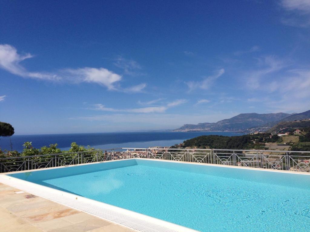 สระว่ายน้ำที่อยู่ใกล้ ๆ หรือใน La Finestra Sul Mare B&B - Villa Gaia