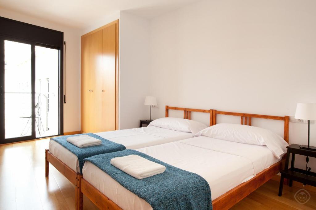 เตียงในห้องที่ Guell Modern Apartment