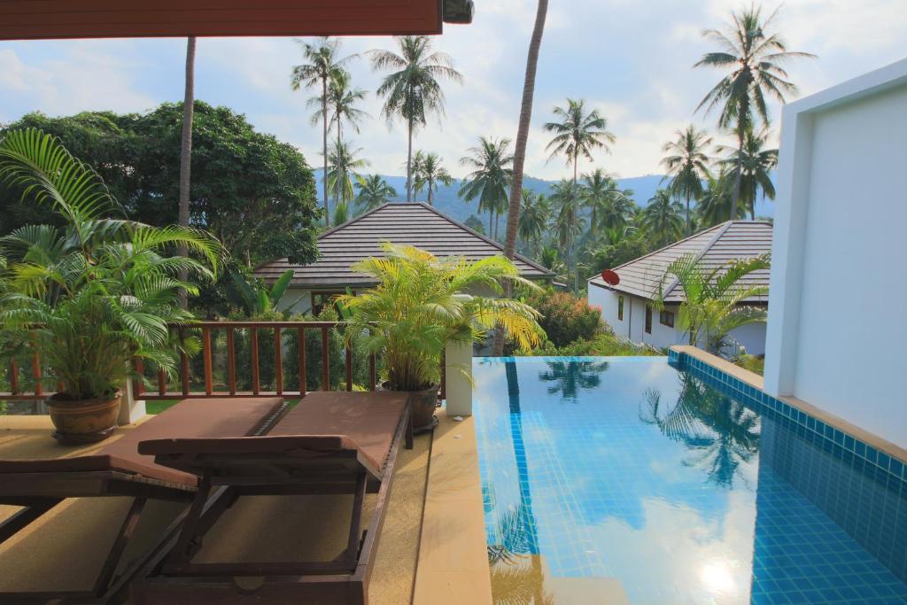 สระว่ายน้ำที่อยู่ใกล้ ๆ หรือใน Tropical Season Villa Resort