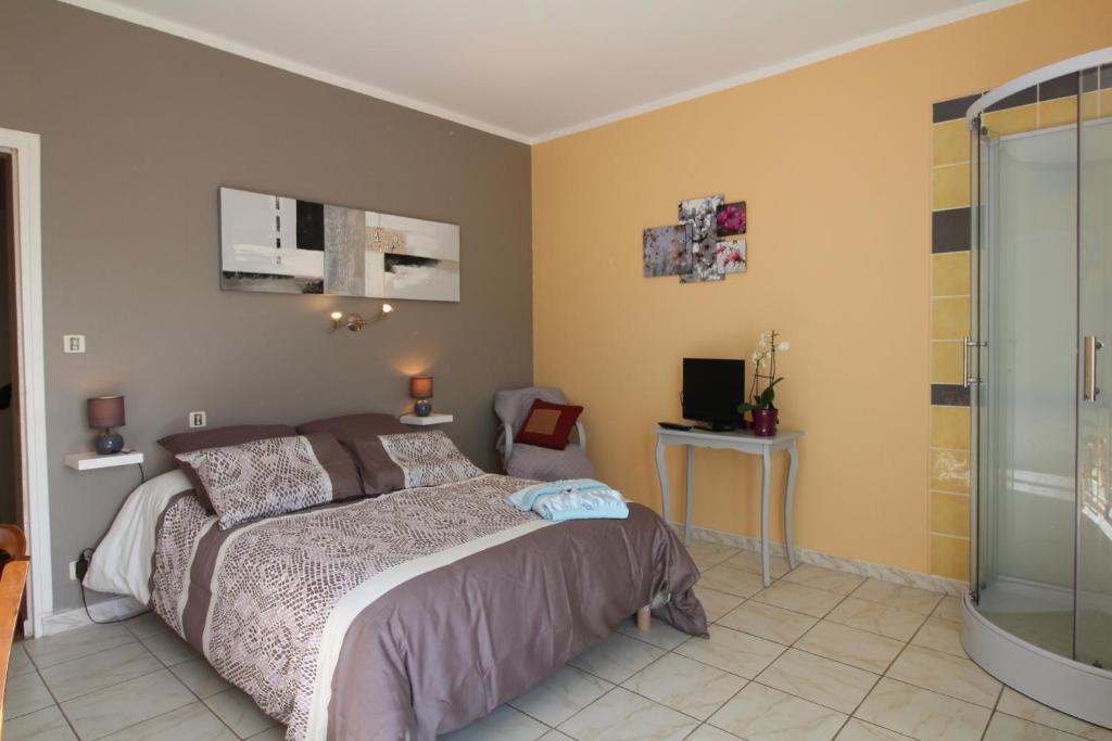 เตียงในห้องที่ Chambres d'Hôtes Le Belvédère