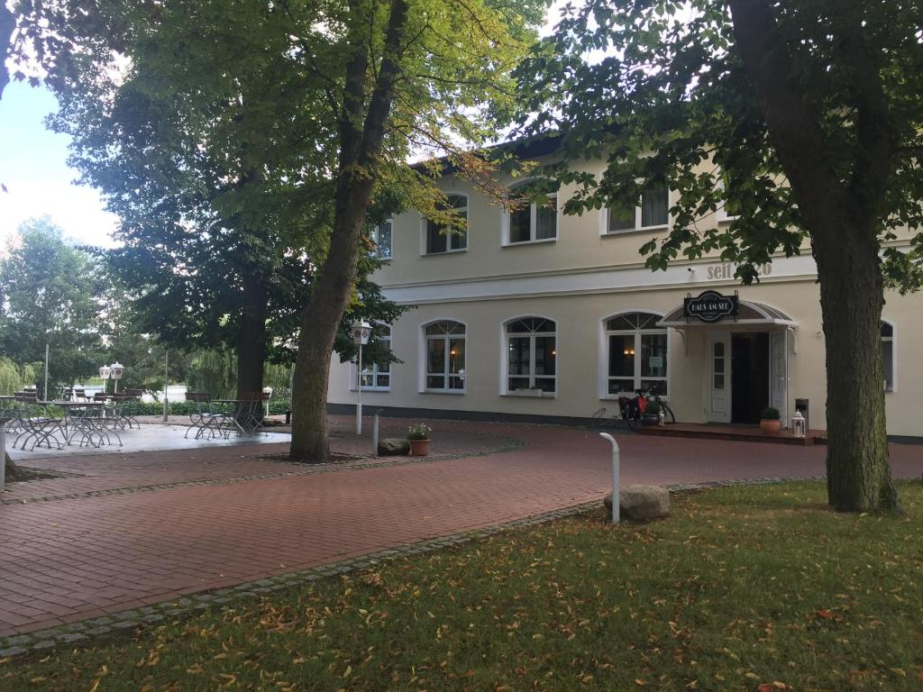 Hotel Amp Restaurant Haus Am See L 246 Cknitz เยอรมนี Booking Com