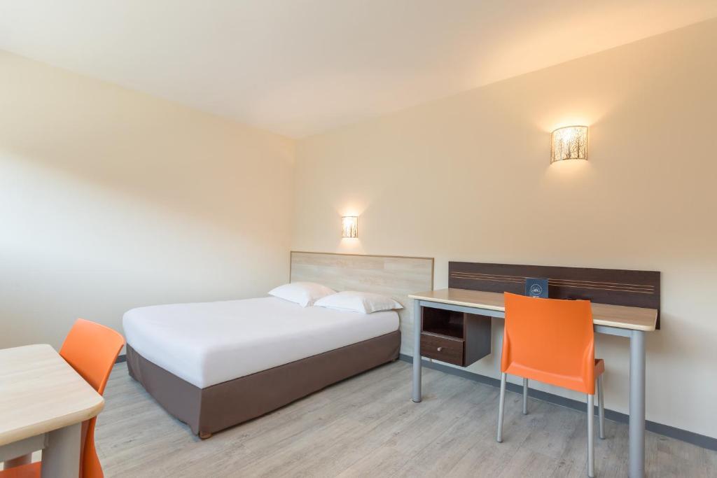 เตียงในห้องที่ City Résidence Bordeaux Centre