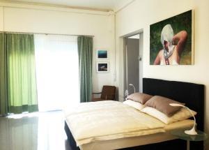 เตียงในห้องที่ Art Apartment Winterhafen