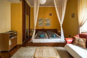 เตียงในห้องที่ Petzvál Apartment