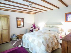 เตียงในห้องที่ The Barn, Belper