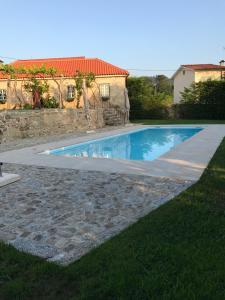 สระว่ายน้ำที่อยู่ใกล้ ๆ หรือใน Holiday home R. do Giestal