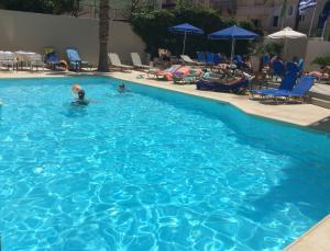 สระว่ายน้ำที่อยู่ใกล้ ๆ หรือใน Jason Hotel Apartments