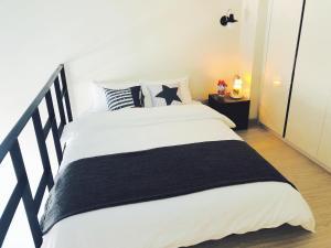 เตียงในห้องที่ Hongdae JD house