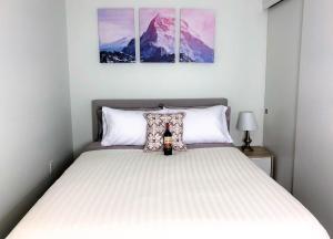 เตียงในห้องที่ Seattle Pike & Pine Luxury Suites by Nspire