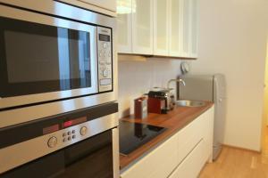 ครัวหรือมุมครัวของ Moderne Stadtwohnung mit Balkon