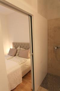 เตียงในห้องที่ Moderne Stadtwohnung mit Balkon