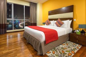 เตียงในห้องที่ Ramada Downtown Dubai