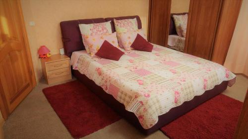เตียงในห้องที่ All-inclusive apartment