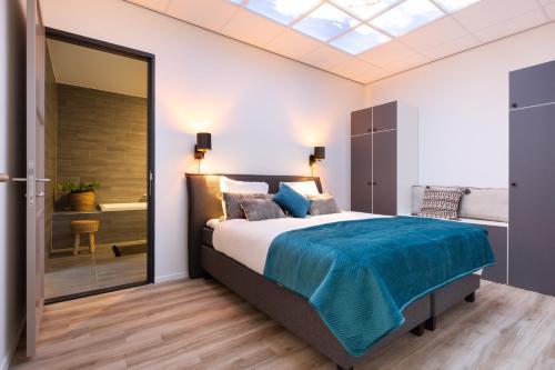 เตียงในห้องที่ BizStay Harbour Scheveningen Apartments