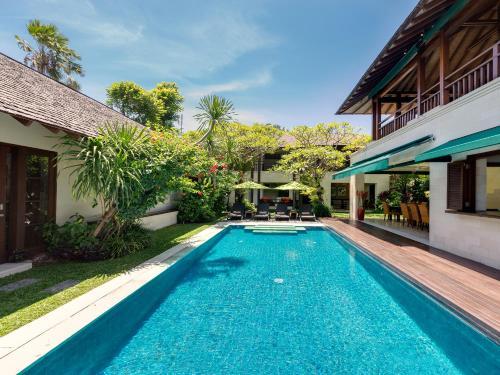 สระว่ายน้ำที่อยู่ใกล้ ๆ หรือใน Villa Shinta Dewi Seminyak - an elite haven